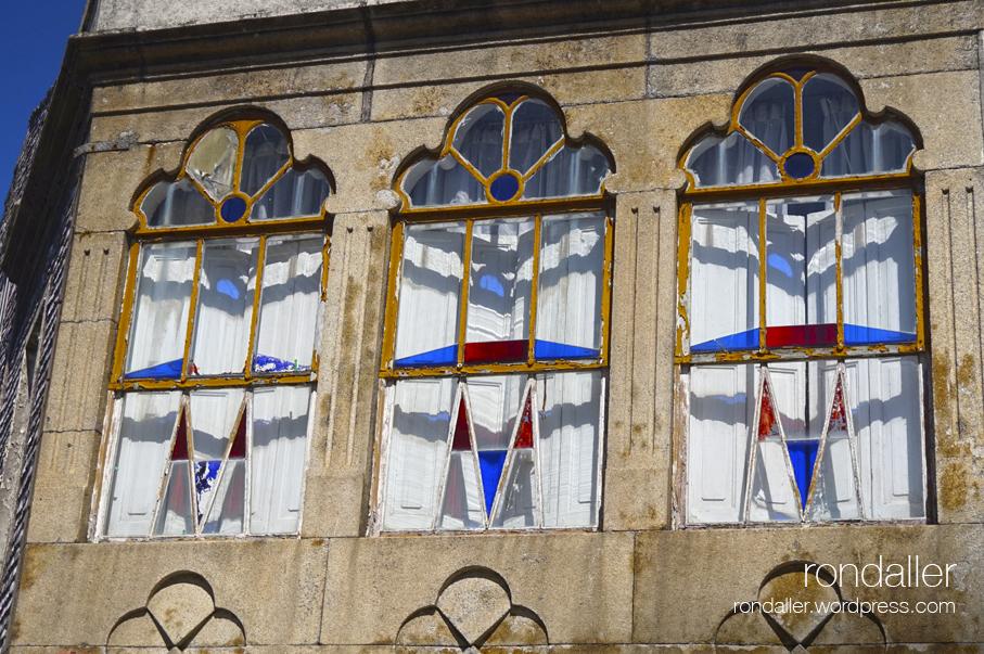 Visita a lIlla de Arousa (Pontevedra). Finestres amb acolorits vidres.
