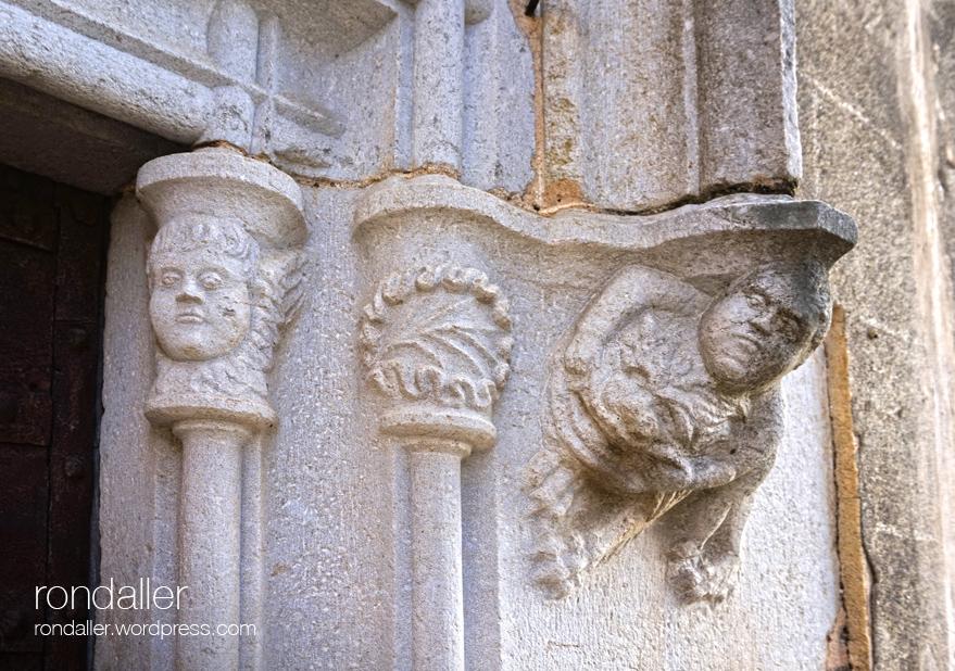 Capitells de la portalada de l'església de Sant Vicenç de Canet d'Adri, a la Vall de Llémena