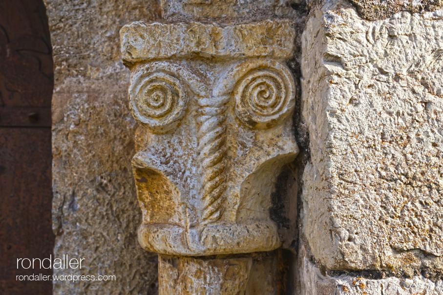 Sant Llorenç d'Adri, Vall de Llémena, Gironès. Capitell amb una doble espiral.