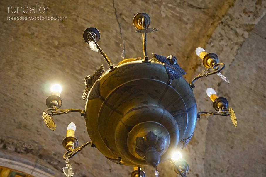 Làmpada al sostre de l'església. El castell de Gelida, Alt Penedès.