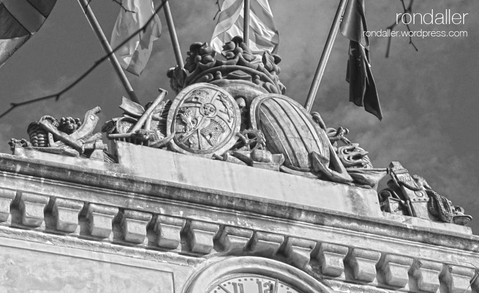 Coronament de l'Ajuntament de Mataró, amb escuts i elements simbòlics.