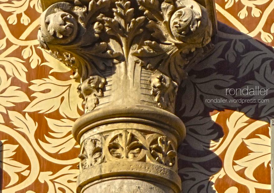 Cases Tomàs Roger al carrer Ausiàs Marc, projectades per Enric Sagnier. Detall del capitell corinti.
