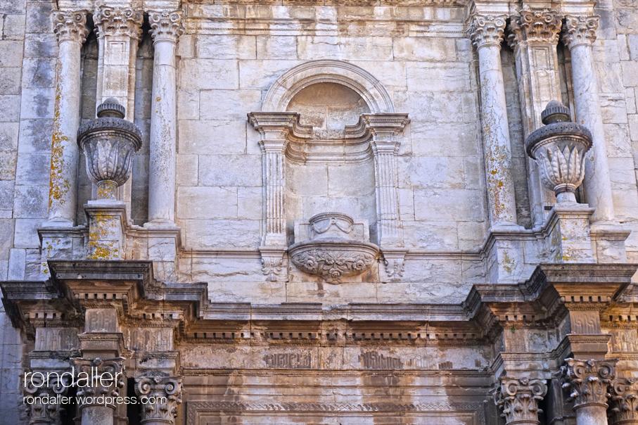 Església de Sant Fèlix de Celrà. La portalada neoclàssica.