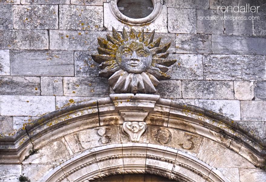Església de Sant Fèlix de Celrà, Gironès. Detall del sol esculpit damunt la portalada.