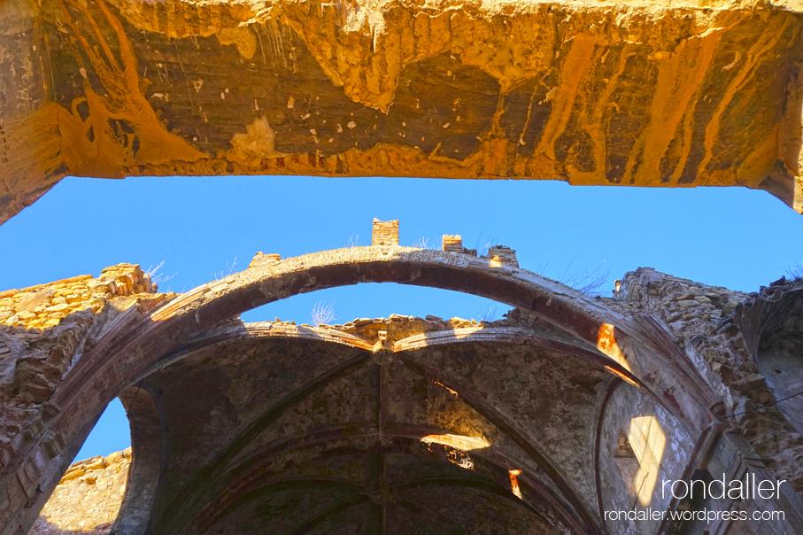 Sostre enrunat a l'interior de l'Església Vella de Garcia, Ribera d'Ebre.