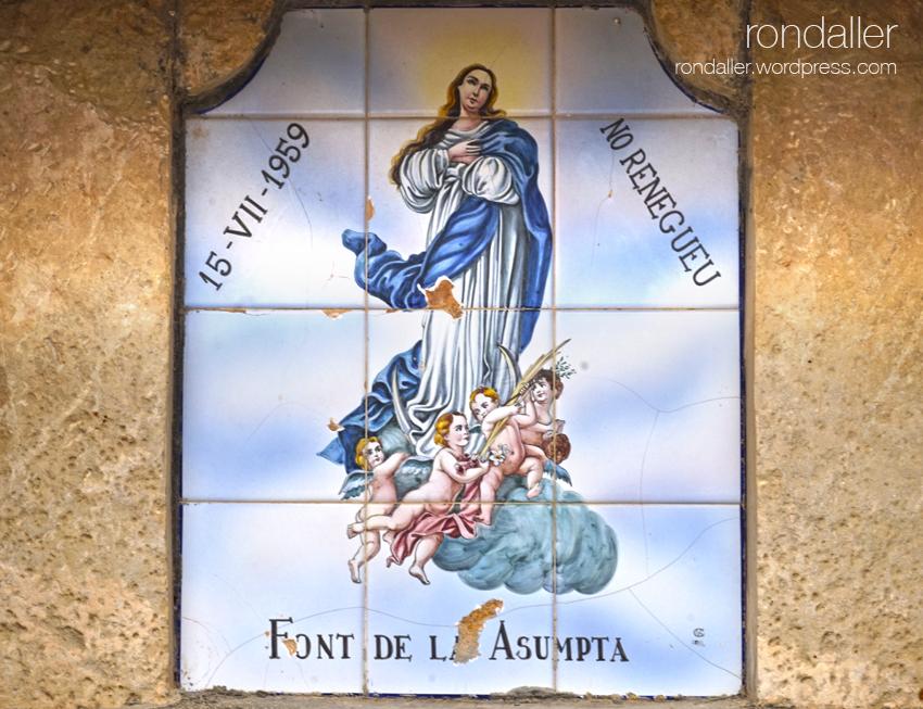 Font de l'Assumpta de Corbera d'Ebre, Terra Alta. Plafó ceràmic amb la imatge de la Verge.