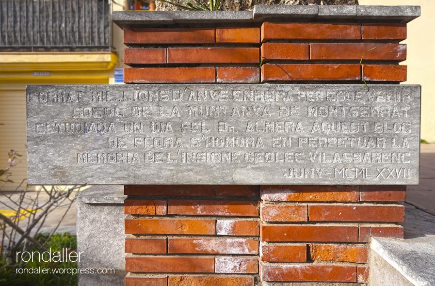 Monument a Jaume Almera a Vilassar de Mar (Maresme). Detall de la inscripció.