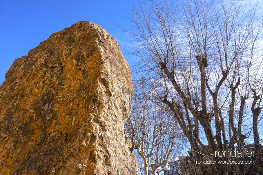 Monument al canonge i geòleg Jaume Almera a Vilassar de Mar (Maresme).