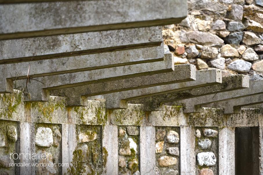 Pèrgola de ciment en una plaça d'Osor. La Selva.