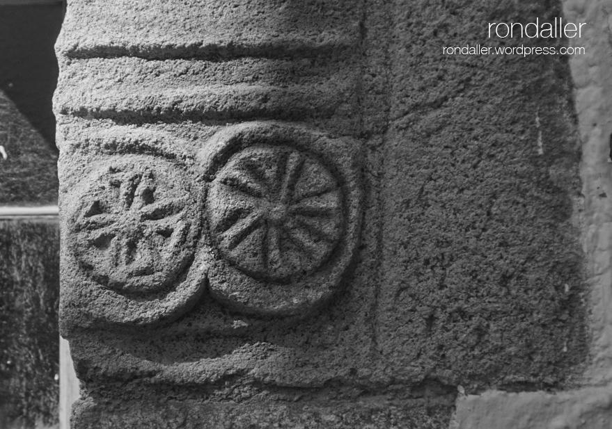 Simbols d'una finestra gòtica a Arbúcies, la Selva. Formes solars