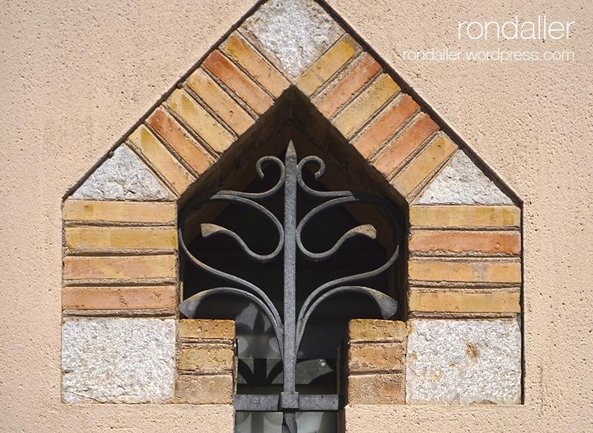 Visita al nucli antic de Figueres. Alt Empordà. Finestra de l'antic escorxador.