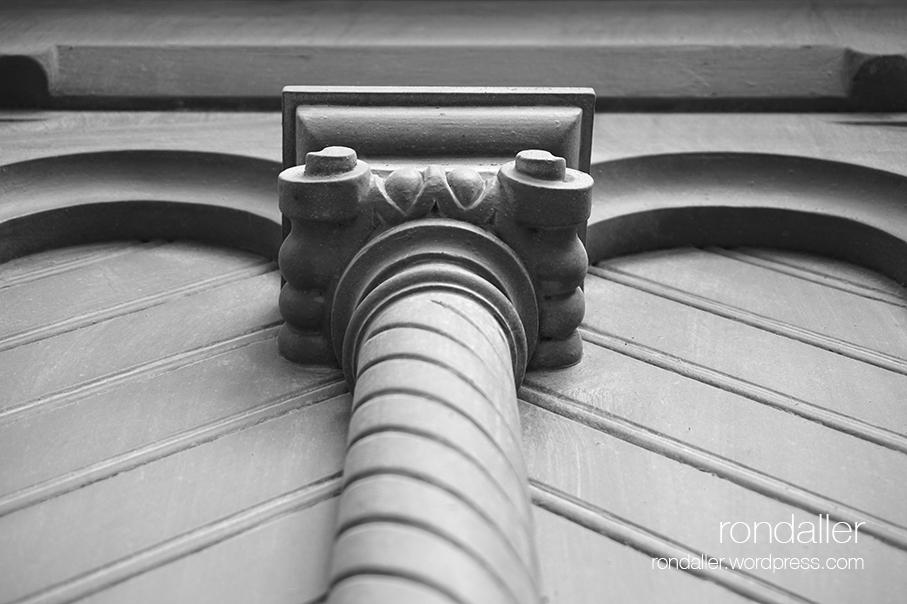 Visita al nucli antic de Figueres. Alt Empordà. Detall de la porta de la Casa de Puig.