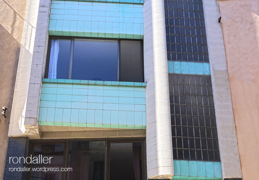 Edifici racionalista al carrer Ample de Figueres.