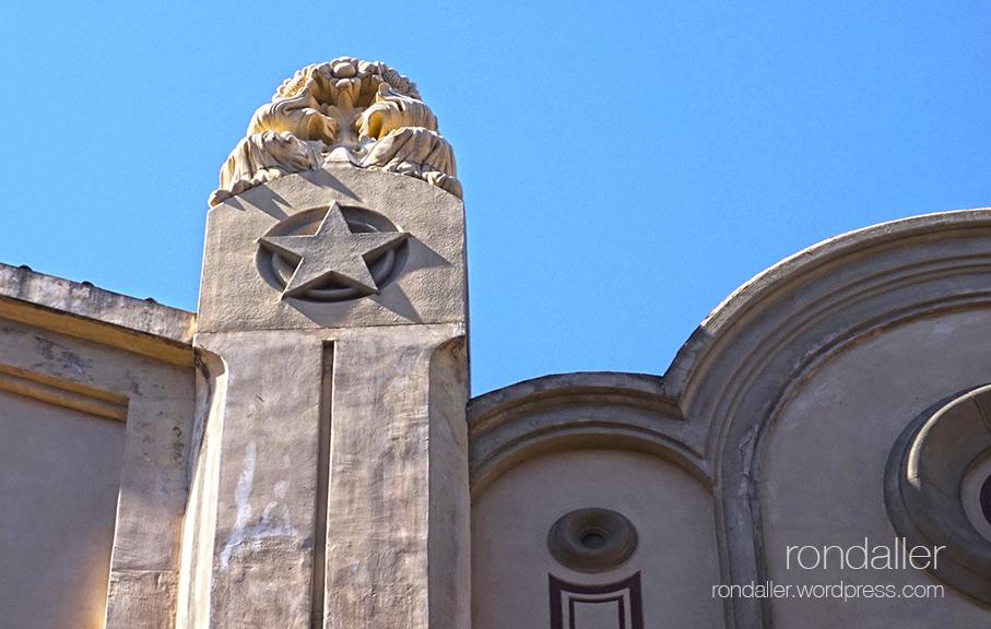 Pilastra del Casino Menestral de Figueres, amb un estel.