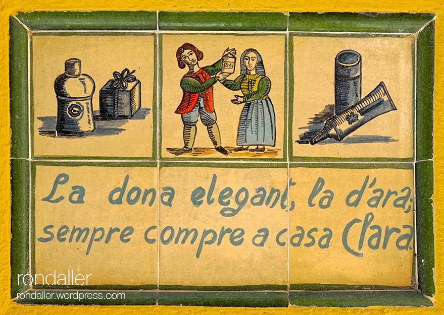 Segon itinerari per Figueres, Alt Empordà. Plafó ceràmic amb rodolins publicitaris.