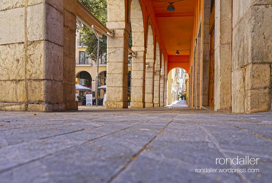 Arcades de la plaça de les Patates de Figueres.