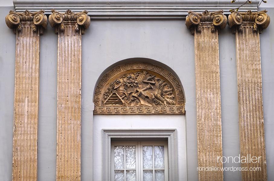 Façana neoclàssica del Teatre Municipal de Figueres.