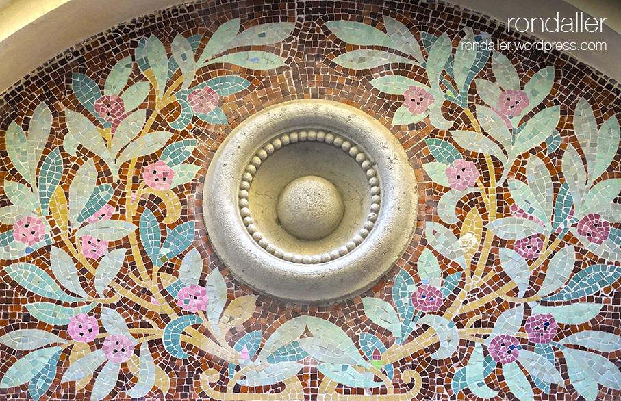 Visita al nucli antic de Figueres. Alt Empordà. Mosaic al Casino Menestral.