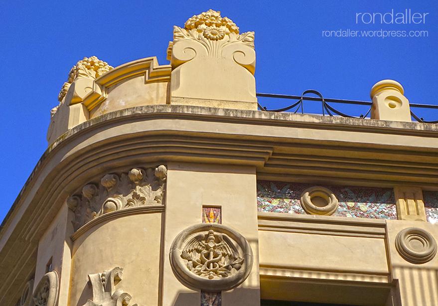Visita al nucli antic de Figueres. Alt Empordà. Medalló al Casino Menestral amb la representació de la indústria.