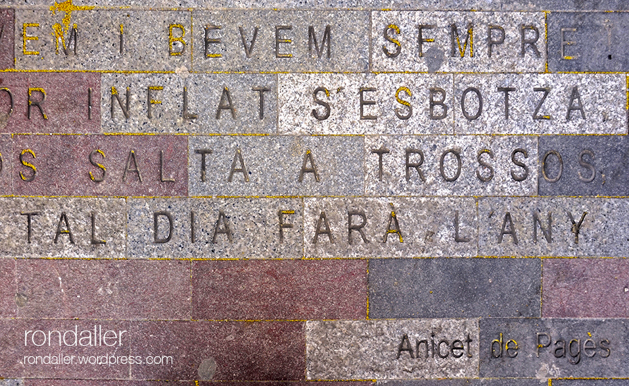 Versos d'Anicet de Pagès al terra de la plaça de les Patates de Figueres.