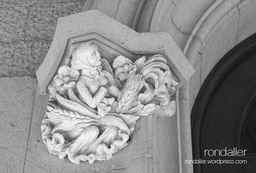 Mènsula a la Casa Roger, que representa una pagesa. Visita al nucli antic de Figueres. Alt Empordà.