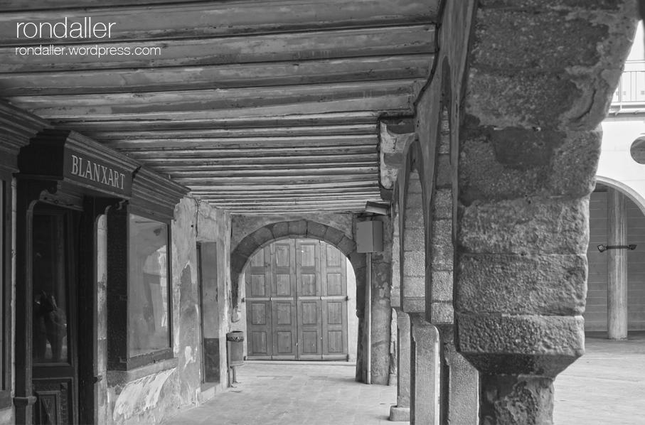 Arcades de la Plaça Major de Sant Joan de les Abadesses. Ripollès.