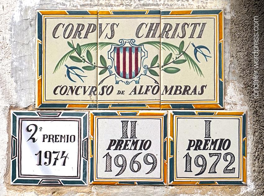 Festa de Corpus a La Garriga, Vallès Oriental. Rajoles commemoratives dels diversos premis.