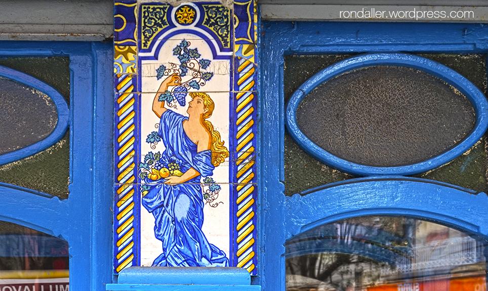 Plafons ceràmics de Can Vilella a Sant Joan de les Abadesses. Ripollès.  Figura femenina amb fruites.