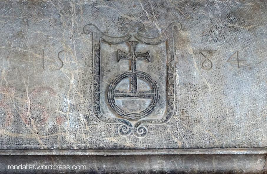 Orbe o globus imperial a la llinda d'una porta de Peralada. Alt Empordà.