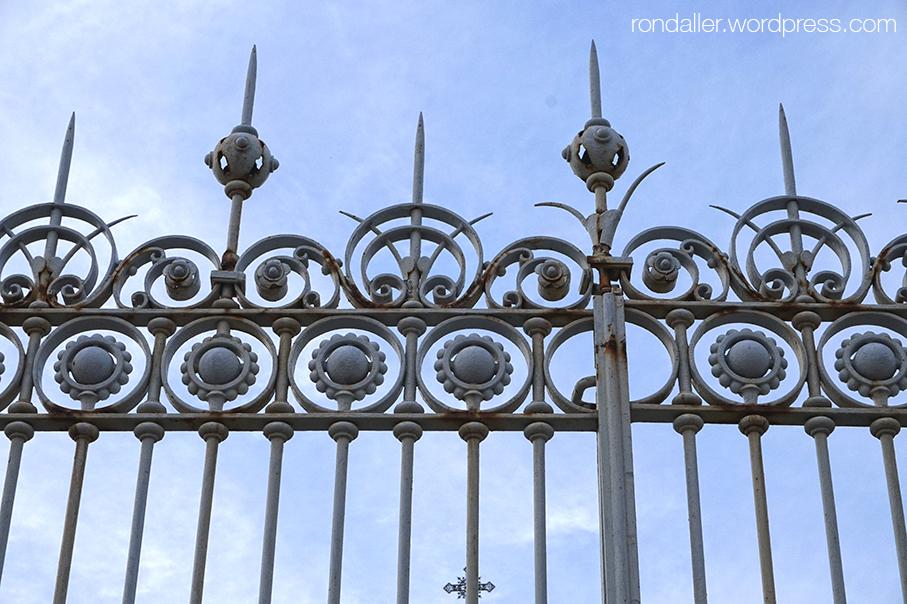 Reixa de la porta del panteó del Marquès de Gelida a Vilassar de Dalt, Maresme.