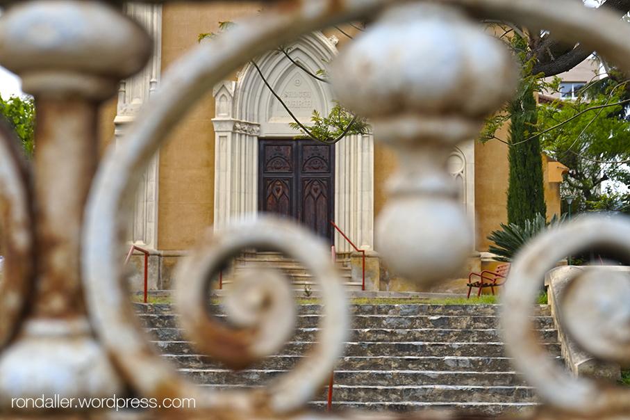 Entrada de la capella de l'antic hospital de Sant Pere de Vilassar de Dalt.