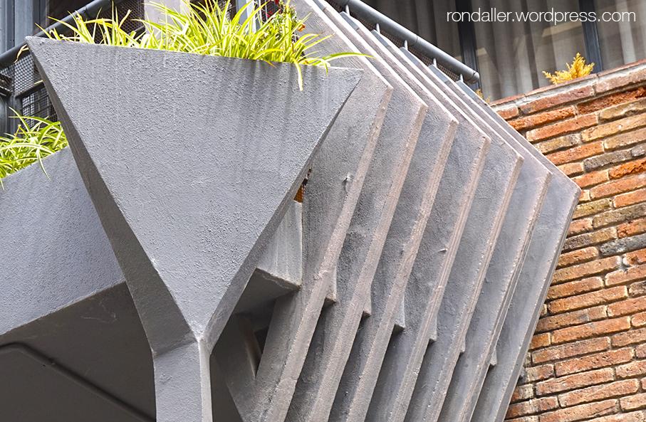 La plaça Gregori Taumaturg. Barcelona. Detall dels balcons de l'edifici de Bofill de 1965.