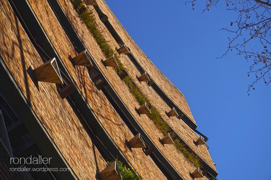 La plaça Gregori Taumaturg de Barcelona. Edifici de Bofill de 1965.