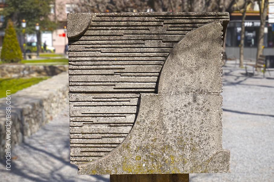 Plaça dAnselm Clavé a Sant Joan de les Abadesses. Ripollès. Monument als germans Morató.