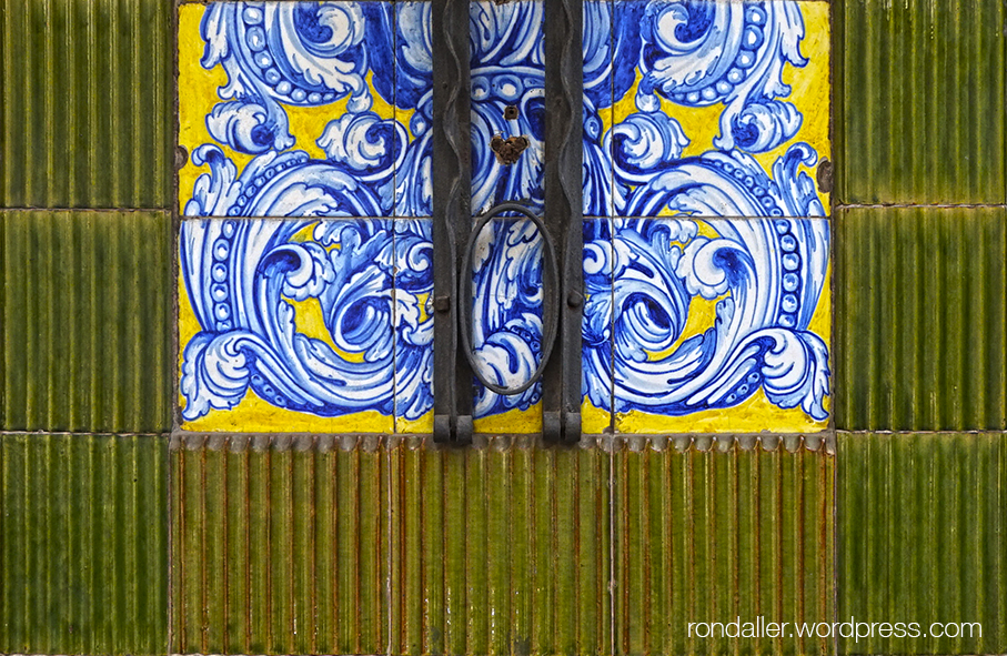 La farmàcia Guinart de Sant Andreu de Palomar. Detall de la decoració ceràmica.