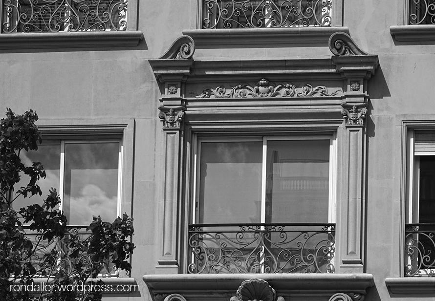 Arquitectura dels cinquanta al Turó Park, al barri de Sarrià - Sant Gervasi de Barcelona. Balcó de la planta principal.