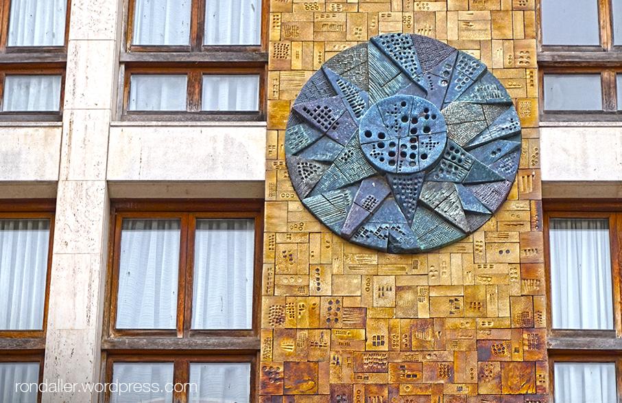 Mural ceràmic de Julio Bono en un edifici de Lloret de Mar