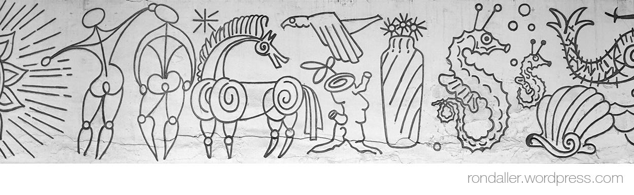 Detall del Fris al carrer Beethoven, amb dues persones i diversos animals marins i terrestres