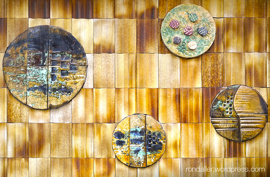 Cercles de ceràmica en un edifici de Terrassa.