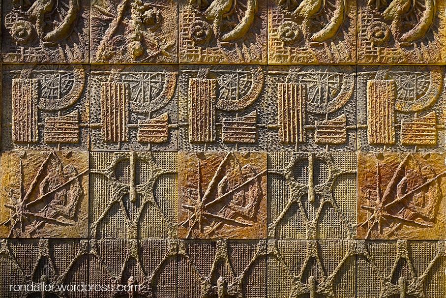 Mur del Palau de la Metal·lúrgia de Barcelona. Murals ceràmics dels anys setanta
