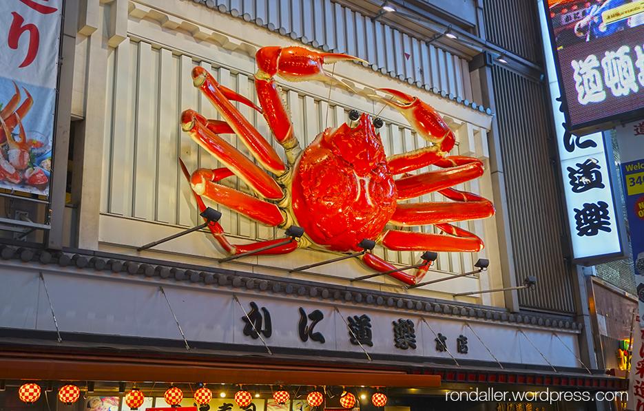 Curiositats del Japó. Un gran cran al rètol d'un restaurant d'Osaka.