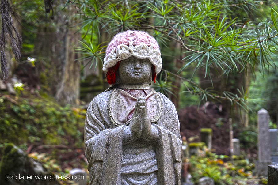 Curiositats religioses del Japó. Estàtua de Jizo amb un barret de llana i un pitet.