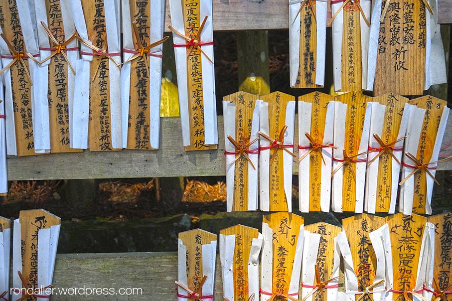 Curiositats religioses del Japó. Tauletes de fusta amb desitjos.
