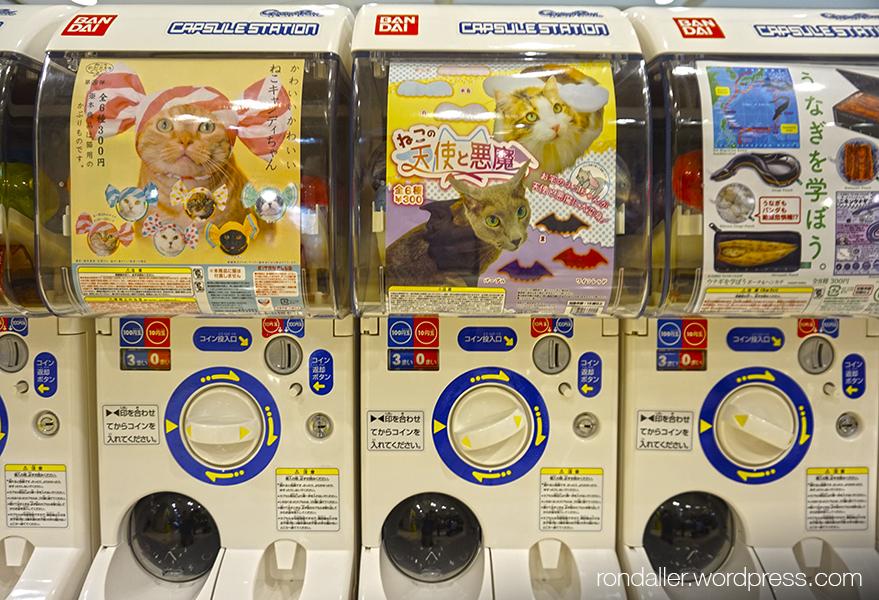 Més curiositats del Japó. Màquines dispensadores de productes per a mascotes.