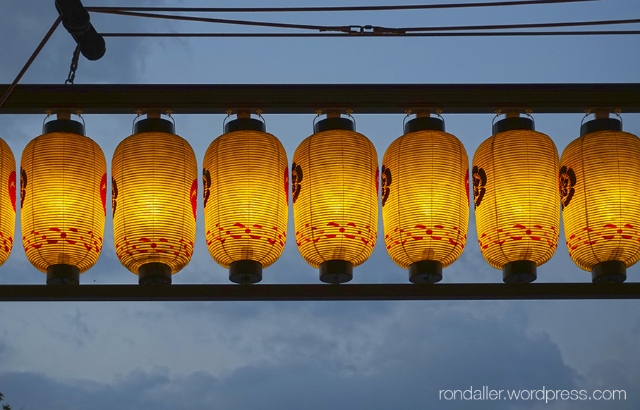 Indrets fora de Catalunya. Fanals en un temple de Kyoto. Japó.
