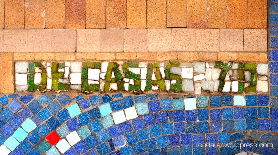 Detall de la signatura del Mosaic de La Caixa a Terrassa.