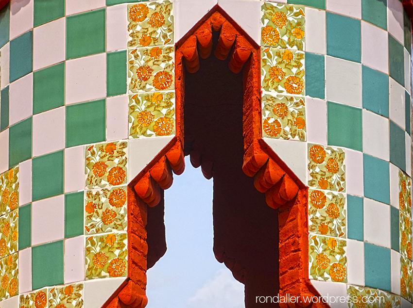La Casa Vicens de Gaudí. Minaret enrajolat a la teulada.