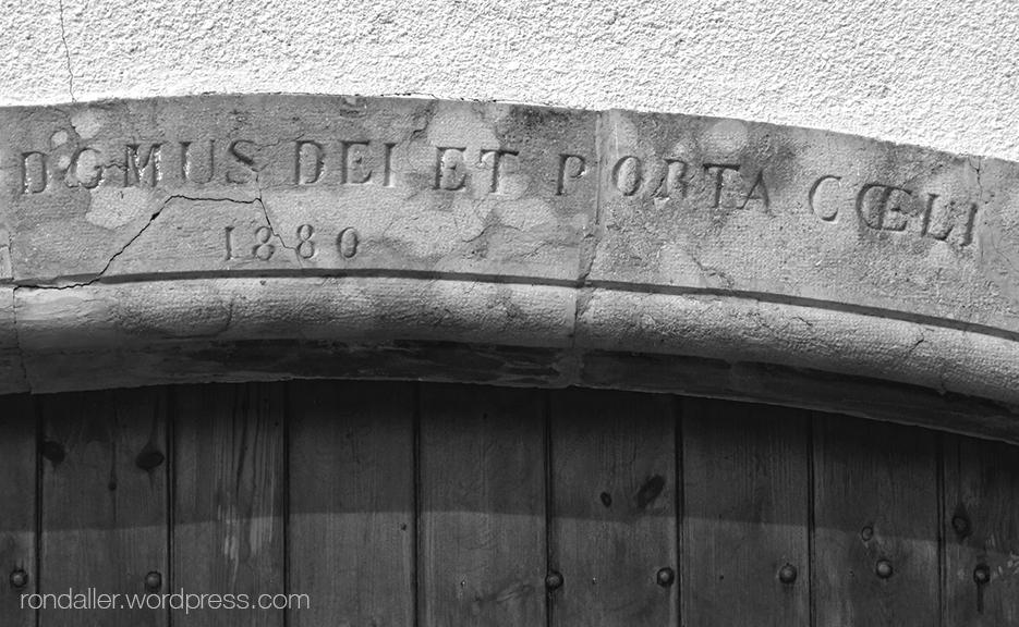 Llinda de l'església de Grions a Sant Feliu de Buixalleu, La Selva.