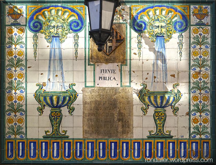 Font de la Travessera de Gràcia decorada amb un plafó ceràmic de Sunet.