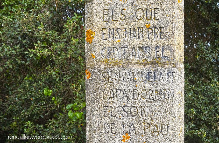 Creu de pedra amb la Pregària Eucarística a Sant Feliu de Buixalleu, La Selva.